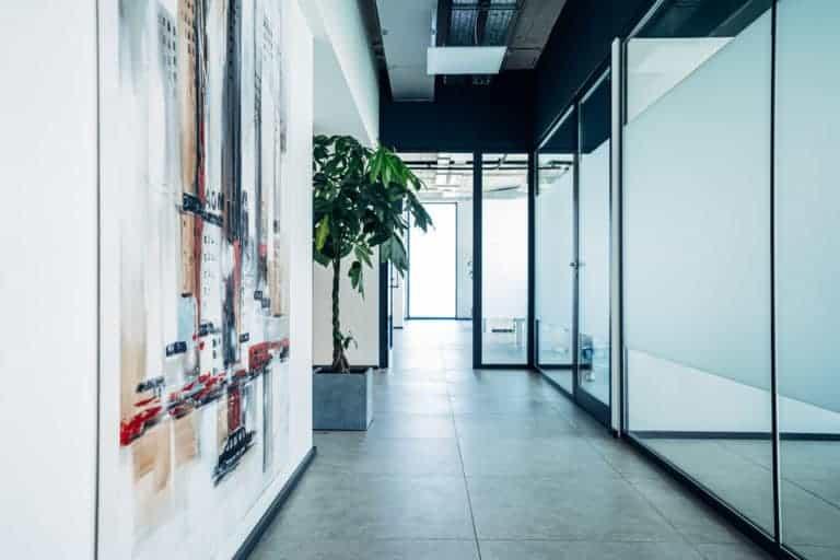 Die Kanzlei DWP mit Vertrauen, Ehrlichkeit und Diskretion - visualisiert durch den Eingangsbereich der Kanzlei